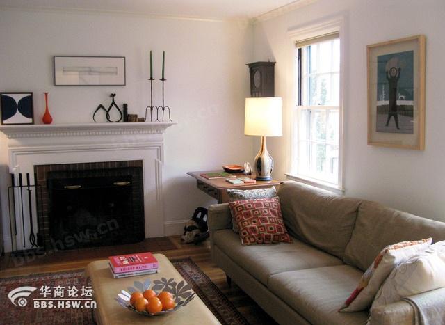 厅顶面采用圆形镂空吊顶,中空部分贴金铂纸,墙面和桌椅用黑色橡木