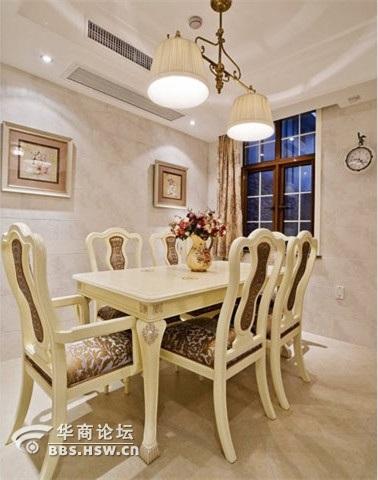 具有欧式地中海复古情怀的小餐厅装修效果图,墨蓝色的做旧皮质沙发