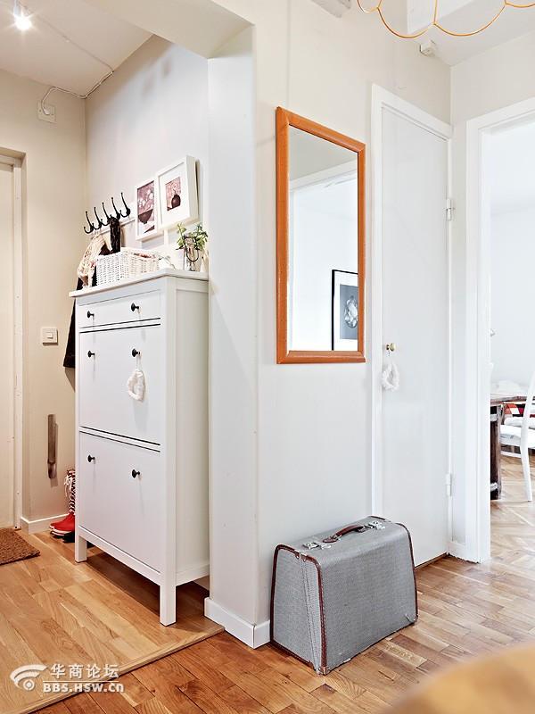 .原木打造的螺旋楼梯放置一台缝纫机,居家的味道立马体现出高清图片
