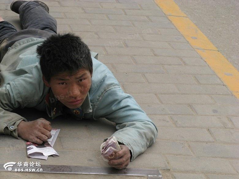 西安街头,假乞丐走江湖的一种招式图片