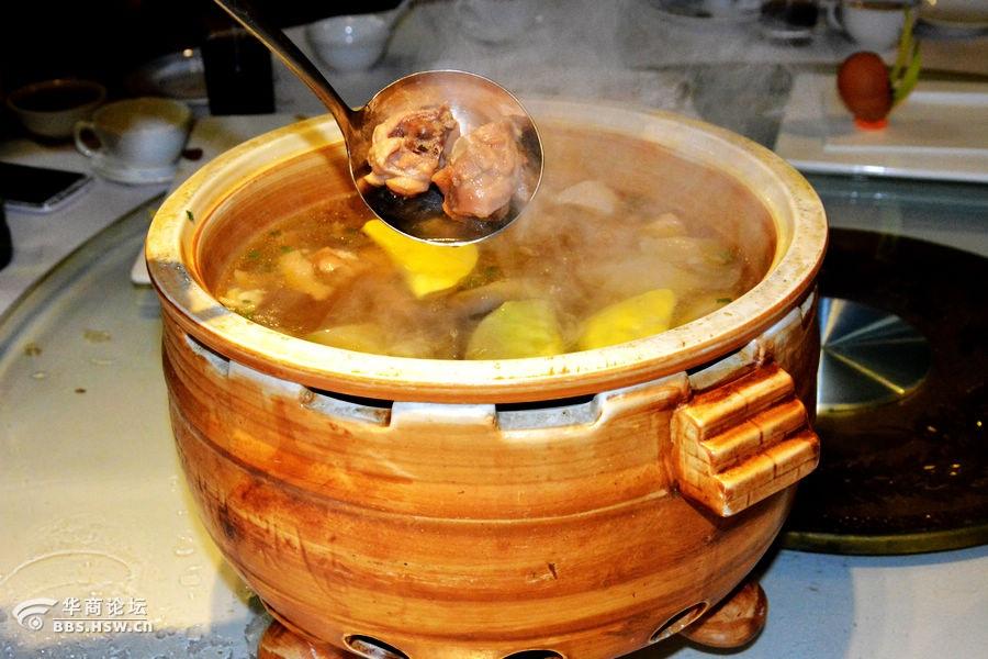 石磨豆腐:   此菜清爽利口、老少皆宜、养生佳品!   制作过程:将豆