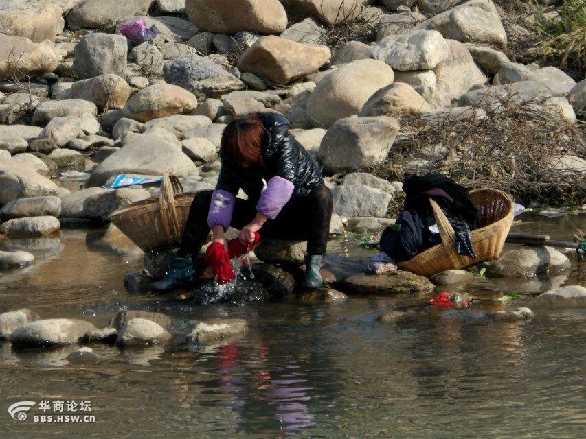 清清河边洗衣的女人图片