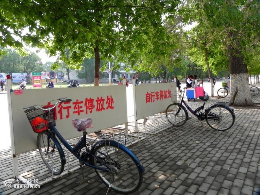 扎兰屯街拍 人性化的自行车停放处及街景图片