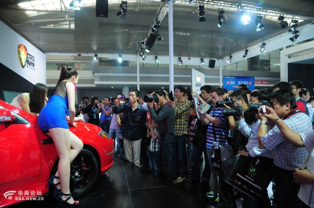 2013年10月2日,西安十一车展,莲花汽车展台一位车模异常火爆,身